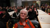 Die Zuschauer und Zuhörer beobachten und lauschen konzentriert den Ausführungen zur Entstehung des Dokumentarfilms.