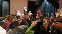 Anhaltenden Beifall erhalten die Zeitzeugen Hans Lieser, dessen Schwager Valentin Hennig und PD Dr. Thomas Schnitzler mit Moderator Thomas Zander am Ende der Veranstaltung.