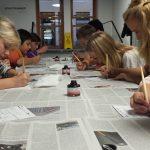 In der Schreibwerkstatt der Schatzkammer wird hochkonzentriert geschrieben und gezeichnet. Foto: Stadtarchiv Trier